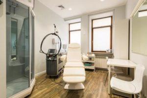 Обустройство кабинета косметолога:педикюрные кресла,кушетки,стол, шкаф и т.д.