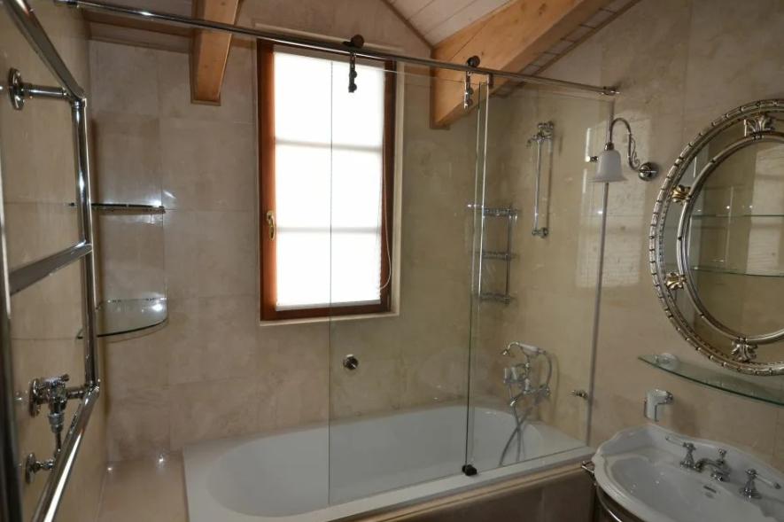 Стеклянная ширма для ванной — удобство душа и комфорт
