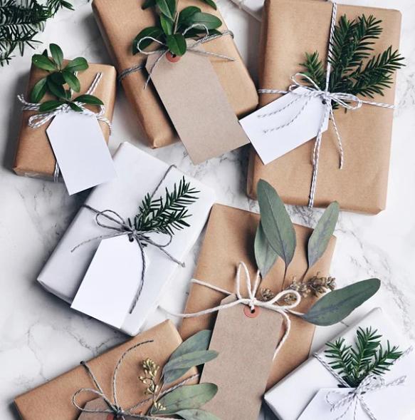 Декорирование подарка еловыми ветками