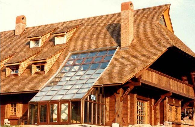 Деревянный дом с гонтовой кровлей
