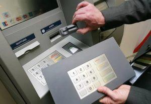 Скимминг: мошеннические методы снятия денег с банковской карты