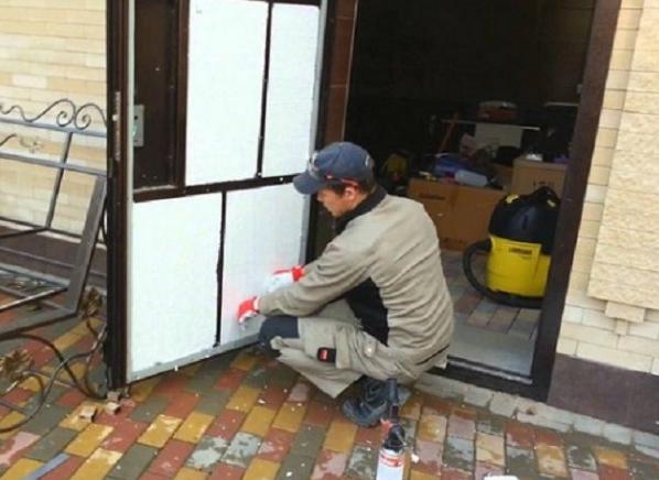 Дверь утеплённая пенопластом